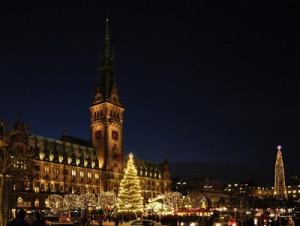 Weihnachtsmarkt auf dem Rathausplatz in Hamburg